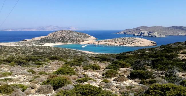 Le spiagge nella magnifica baia di Kalotaritissa ad Amorgos.