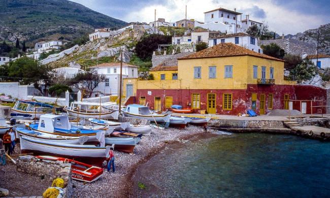Il suggestivo porticciolo di Kamini sull'isola greca di Hydra.