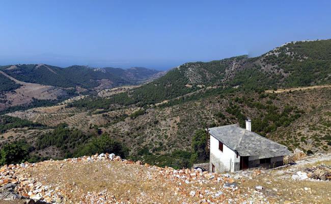 Il meraviglioso panorama montuoso fra le casette in pietra della piccolissima Kastro.
