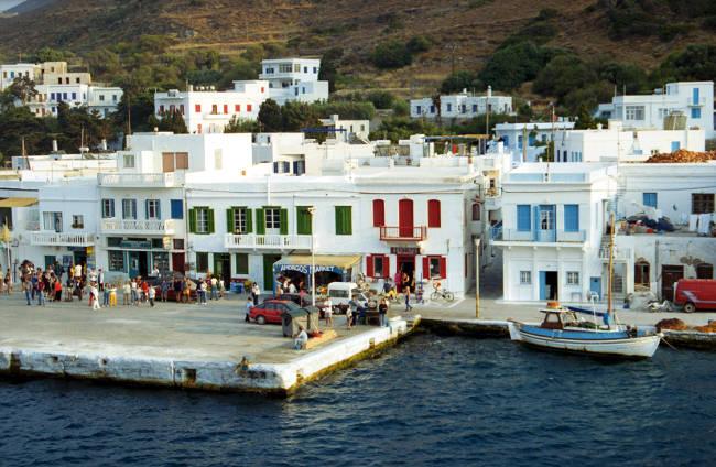 Case bianche cicladiche nel porto di Katapola.