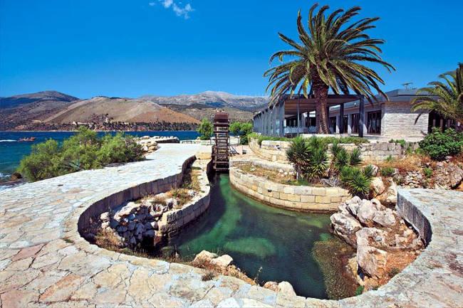 Mulino ad acqua vicino i katavothres nella penisola di Lassi.