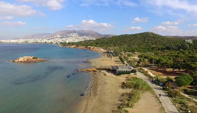 La splendida costa con la spiaggia di Kavouri.