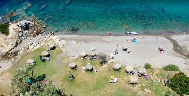Il relax fra gli ulivi e il verde della spiaggia di Kechria è qualcosa di unico fra le isole greche.