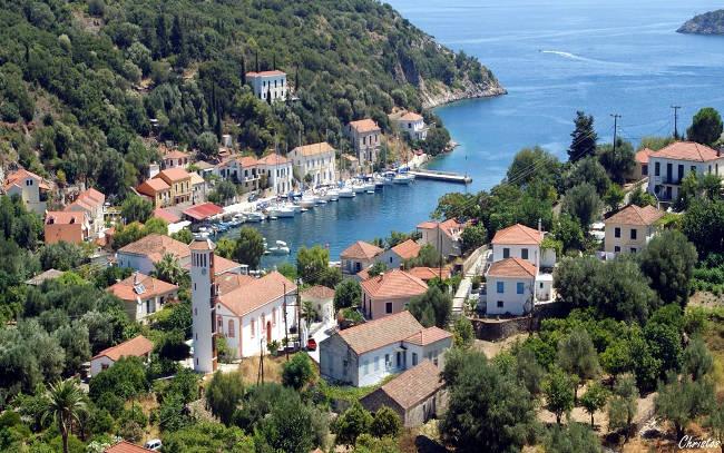 Il villaggio costiero di Kioni sull'isola greca di Itaca.