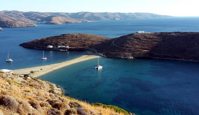 La striscia di sabbia dorata della spiaggia di Kolona, in uno stupendo scenario paesaggistico a Kythnos.