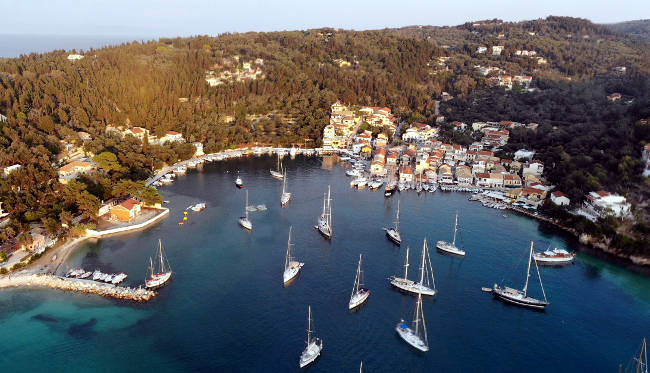 Il villaggio costiero di Lakka sulla bellissima isola greca di Paxos.
