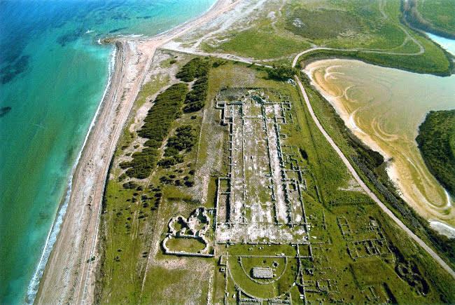 La zona archeologica di Lecheo, con i resti del porto e della basilica paleocristiana.
