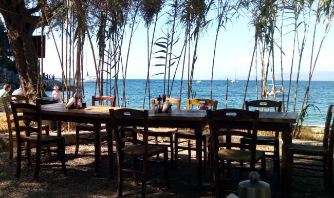 La taverna Boulokos sulla spiaggia di Leverechio, isola di Paxos.