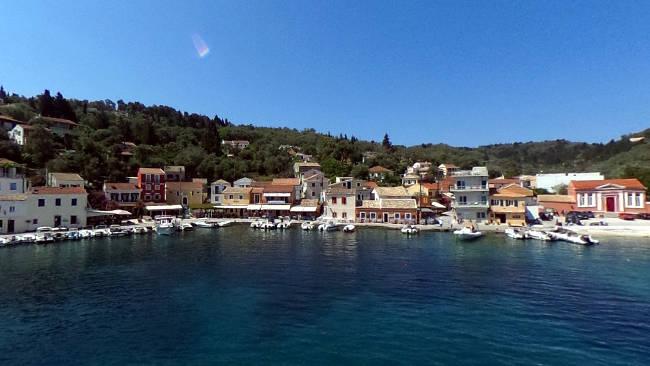 Il piccolo villaggio costiero di Loggos visto dal mare.