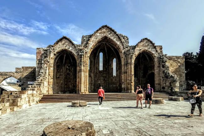 Le rovine della chiesa gotica della Vergine del Borgo nella città di Rodi.