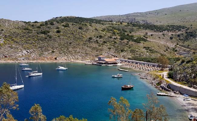 La spiaggia di Mandraki nella baia omonima.