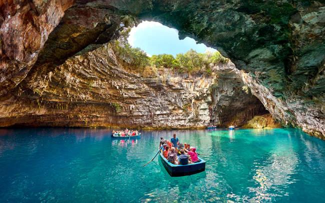 La grotta di Melissani, una delle cose più belle da vedere a Cefalonia.