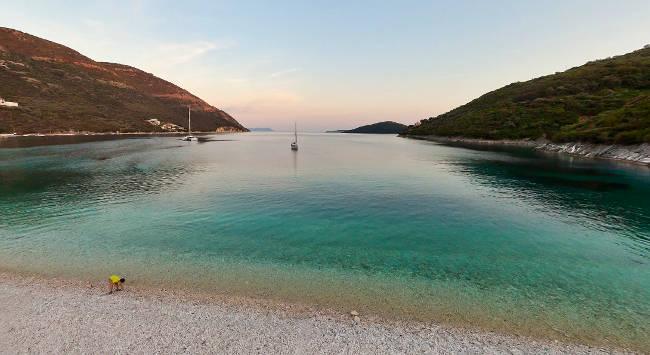 La stupenda baia con la spiaggia di Mikros Gialos a Lefkada.