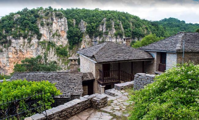 Il Monastero di Agia Paraskevi sul bordo di una roccia affacciata sulla Gola di Vikos.