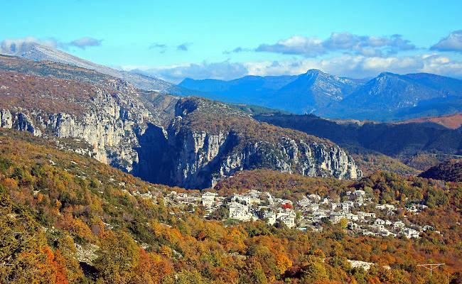 Il villaggio di Monodendri visto dal vicino Monastero di Sant'Elia.
