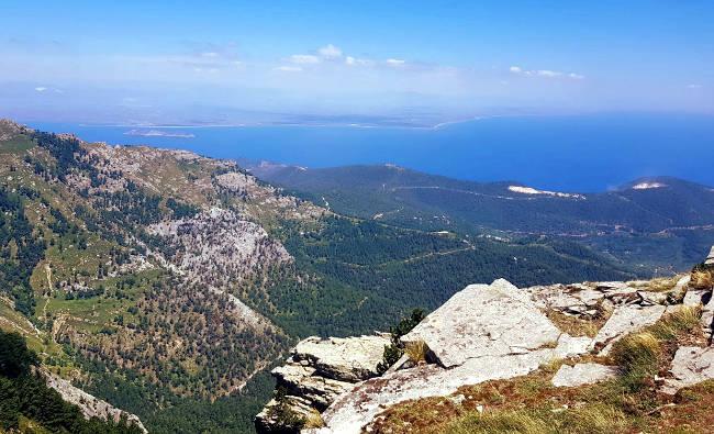 Vista dalla cima del Monte Ipsarion, da cui si vede la costa, i villaggi di Thassos, altre isole e la terraferma greca.