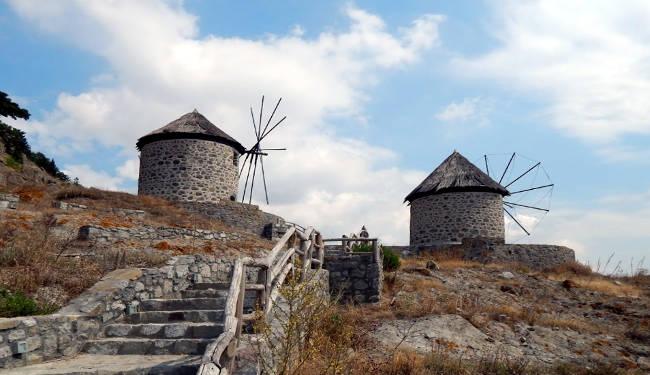 I mulini a vento in pietra del pittoresco villaggio di Kontias.