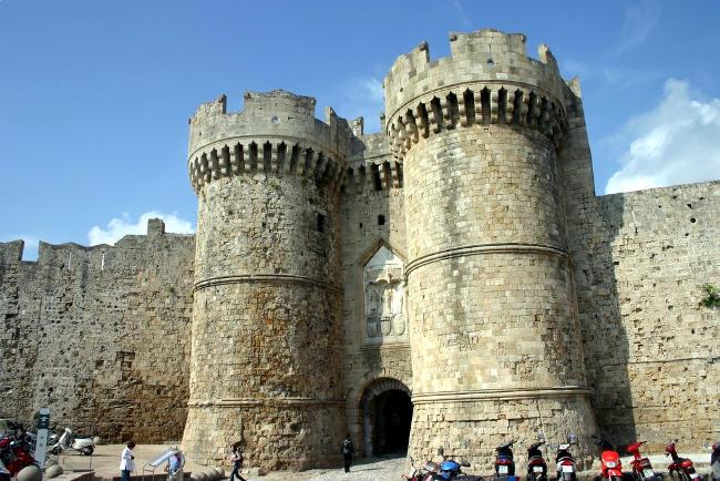 Castello e mura medievali di Rodi in Grecia.
