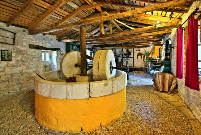 Il museo del frantoio a Magazia, con l'antica macina in pietra.