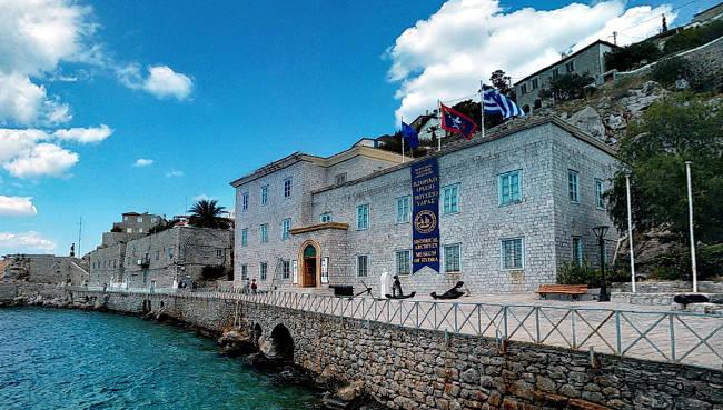 Il meraviglioso antico palazzo del Museo Storico di Hydra che affaccia direttamente sul mare.