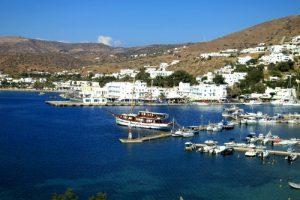 Il porto di Ormos a Ios, vicino a Yialos o Gialos.