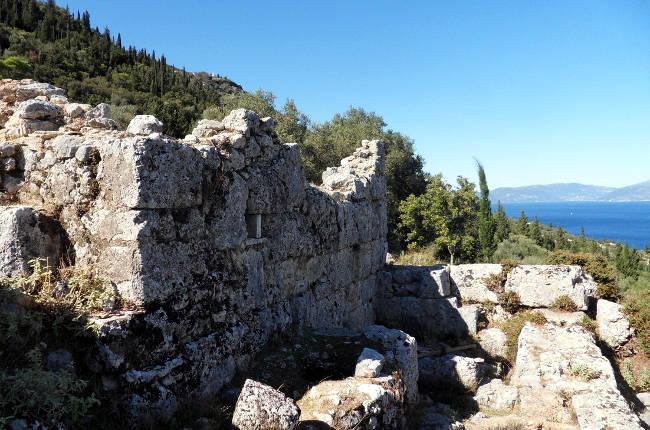 Parte delle mura del palazzo di Ulisse a Itaca.