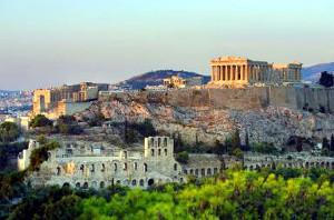 L'Acropoli di Atene con il Partenone vista dalla città.