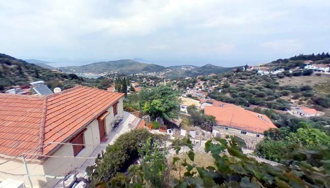La vista sulle colline e il mare da una casa di Perachori.