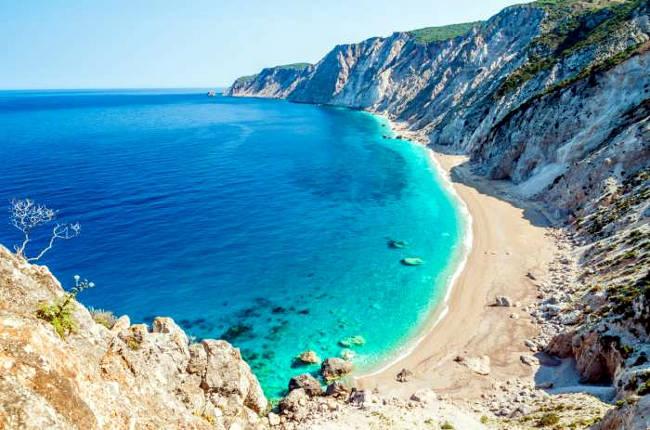 La spiaggia di Platia Ammos, fra le scogliere della costa occidentale di Cefalonia.