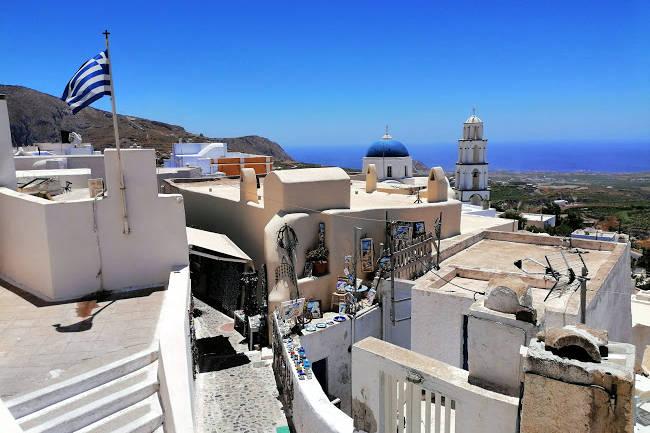 Il villaggio di Pyrgos Kallistis sull'isola greca di Santorini.