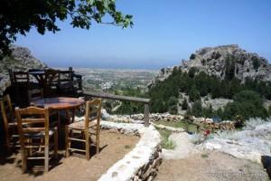 Rovine del castello nel villaggio di Pyri sull'isola di Kos con panorama verso il mare.