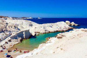 La spiaggia di Sarakiniko a Milos, isola della Grecia nelle Cicladi.