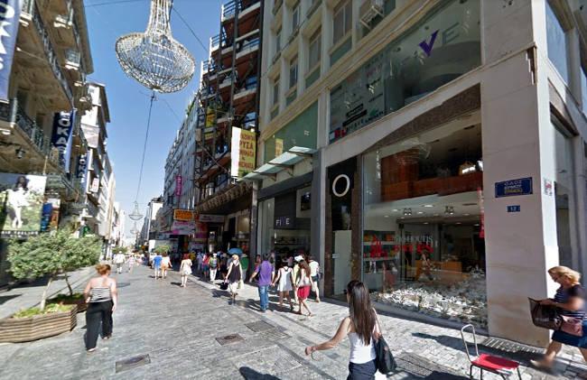 Shopping in via Ermou nel centro di Atene.
