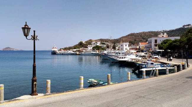 Il porto di Skala con barche e piccoli traghetti che collegano le isole.