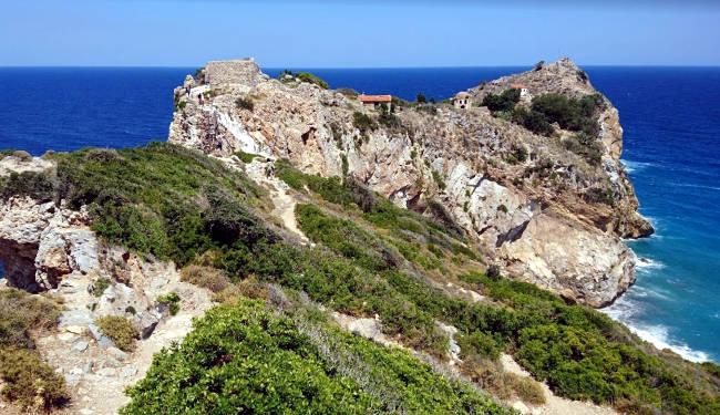 La scogliera su cui sorgeva la fortezza di Kastro sull'isola di Skiathos.
