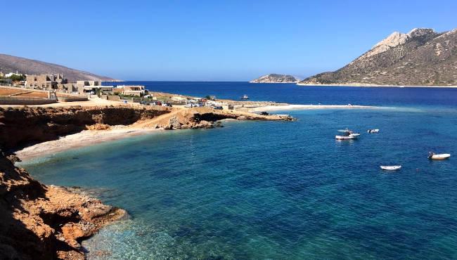 La spiaggia di Agios Pavlos e l'isoletta di Nikouria.