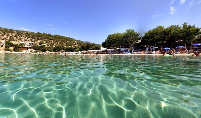 Le acque trasparenti  e pulite della spiaggia di Alyki sull'isola greca di Thassos.