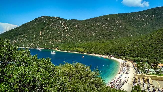 La stupenda baia con la spiaggia di Antisamos.