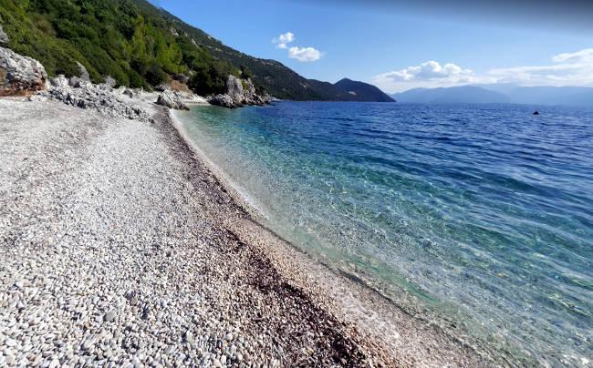 La meravigliosa e tranquilla spiaggia di Aspros Gialos, perfetta per una vacanza a Itaca.