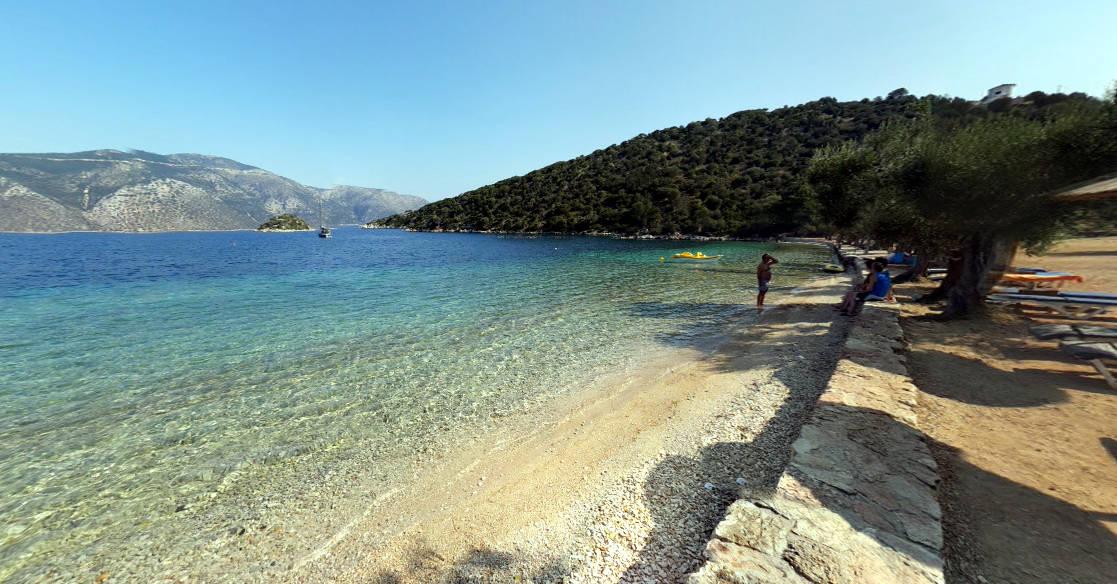 La meravigliosa spiaggia di Dexa a Itaca, con gli ulivi che arrivano fino al mare.