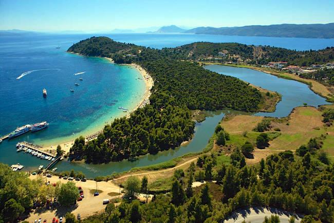 La spiaggia di Koukounaries e la laguna di Strofylia a Skiathos.