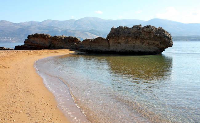 La meravigliosa spiaggia di Lepeda con la sabbia rossastra.