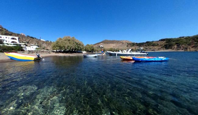Le acque cristalline della baia di Meloi con la pittoresca spiaggia.