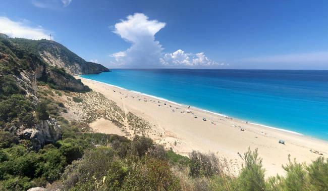 La grandissima e stupenda spiaggia di Milos sull'isola di Lefkada.