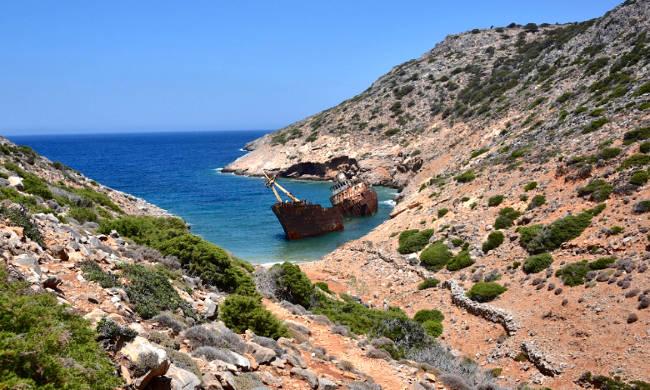 La spiaggia del naufragio con il relitto della nave Olympia.