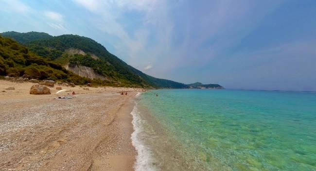 La spiaggia di Pefkoulia a Lefkada.