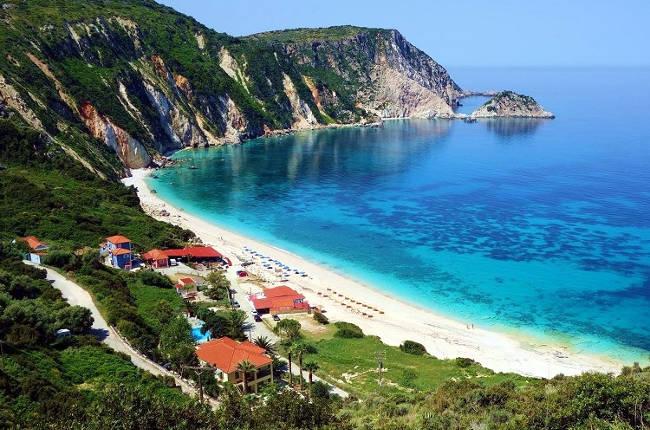 La meravigliosa spiaggia di Petani, da non perdere in vacanza a Cefalonia.