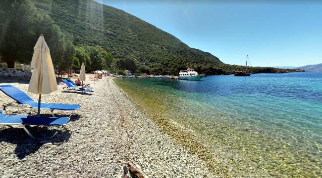 La bellissima spiaggia di Polis con il mare cristallino.