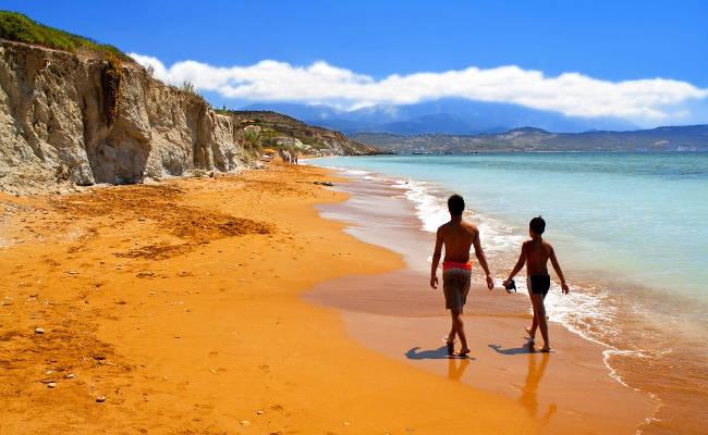 La bellissima e suggestiva spiaggia rossa di Xi a Cefalonia.