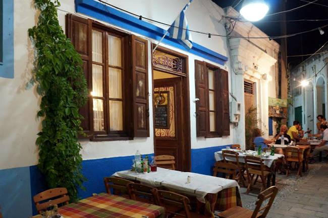 Una tipica taverna greca tra le suggestive stradine del villaggio di Koskinou.